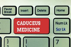 Handschriftstext, der Caduceus-Medizin schreibt Konzeptbedeutungssymbol verwendet in der Medizin anstelle des Rod von Asclepius stockfoto