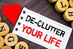 Handschriftstext, der De-Unordnung Ihr Leben zeigt Begriffsfoto geben weniger Chaos-neues sauberes Programm frei, das auf Rissbri lizenzfreie stockbilder