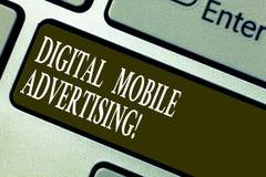 Handschriftstext, der Digital bewegliche Werbung schreibt Konzeptbedeutungsform der Werbung über drahtlose Telefone und Geräte lizenzfreie stockfotos