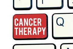 Handschriftstext, der Krebs-Therapie schreibt Konzeptbedeutung Behandlung von Krebs bei einem Patienten mit Chirurgie Chemotherap lizenzfreie stockbilder