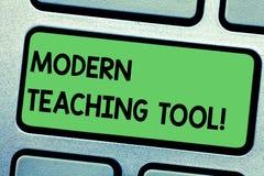 Handschriftstext, der modernes Lehrwerkzeug schreibt Konzeptbedeutung unter Verwendung der Technologie als Werkzeug für das Lerne stockfoto