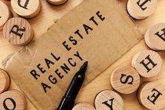 Handschriftstext, der Real Estate-Agentur schreibt Konzeptbedeutung Wirtschaftseinheit vereinbaren Verkaufs-Mietmiete handhaben E stockfotografie