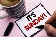 Handschriftstext, der seinen Sonntags-Anruf schreibt Konzeptbedeutung entspannen sich genießen die Feiertags-Wochenenden-Ferien-R stockfotos