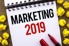 Handschriftstext, der 2019 vermarktet Das Konzept, welches die neues Jahr-Markt-Strategie-Neustart-Werbe-Ideen geschrieben werden Stockfoto