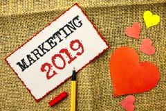 Handschriftstext, der 2019 vermarktet Konzept, das neues Jahr-Markt bedeutet Lizenzfreies Stockfoto