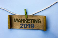 Handschriftstext, der 2019 vermarktet Konzept, welches die neues Jahr-Markt-Strategie-Neustart-Werbe-Ideen geschrieben auf Pappbr Stockbilder