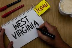 Handschriftstext, der West Virginia schreibt Staats-Reise-Tourismus-Reise-historische Mannholding der Konzeptbedeutung Vereinigte Stockbilder