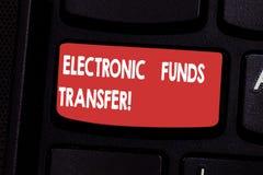 Handschriftstext elektronisches Geld Konzeptbedeutung Übertragung von Kapitalien durch eine elektronische Terminaltastatur stockfotografie