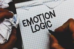 Handschriftstext Gefühl-Logik Konzeptbedeutung Herz oder Brain Soul- oder Intelligenz-Verwirrungs-Gleichgestellt-Balancen-Mannhol lizenzfreie stockbilder
