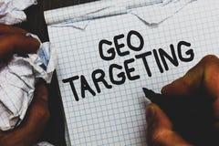 Handschriftstext Geo-Anvisieren Das Konzept, das Digital-Anzeigen bedeutet, sieht den IP address Adwords-Kampagnen-Standort-Mann  lizenzfreie stockbilder