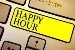Handschriftstext glückliche Stunde Konzeptbedeutung, die Zeit für Tätigkeiten verbringt, die Sie gelben Schlüssel Int für eine We lizenzfreies stockbild