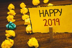 Handschriftstext glückliches 2019 Das Konzept, das neues Jahr-Feier bedeutet, jubelt Congrats Motiv-MessageClothespin zu, das gel Stockfotografie