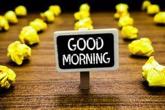 Handschriftstext guter Morgen Konzept, das morgens herkömmlichen Ausdruck A an der Sitzung oder Trennung an Tafel zerknittert bed lizenzfreie stockfotos