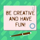 Handschriftstext ist kreativ und hat Spaß Glückliche schaffende neue Sachen der Konzeptbedeutung, die leeres quadratisches Farbbr stock abbildung