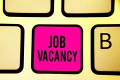Handschriftstext Job Vacancy Konzept, das leeren oder verfügbaren zahlenden Platz im kleinen oder großen Firmatastaturrosaschlüss stockfoto