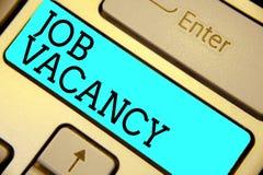 Handschriftstext Job Vacancy Konzept, das leeren oder verfügbaren zahlenden Platz kleine oder große Firmatastatur-im blauen Schlü stockbilder