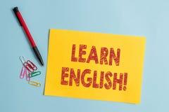 Handschriftstext lernen Englisch Bedeutendes Konzept zu gewinnen, Wissen in der neuen Sprache durch einfache Pappe der Studie zu  lizenzfreie stockbilder