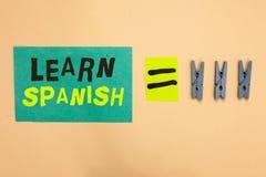 Handschriftstext lernen Spanisch Konzeptbedeutung Übersetzungs-Sprache in Spanien-Vokabular-Dialekt-Sprache-Türkispapieranzeige e lizenzfreie stockbilder