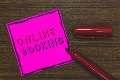 Handschriftstext on-line-Anmeldung Konzeptbedeutung Reservierung durch Internet Hotelunterkunft-Flugschein-Rosa-Papier Importan stockbild