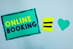 Handschriftstext on-line-Anmeldung Konzeptbedeutung Reservierung durch Internet Hotelunterkunft-Flugschein-Türkispapier nicht stockbilder