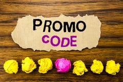Handschriftstext Promo-Code Konzept für Förderung für das on-line-Geschäft geschrieben auf klebrige Briefpapieranzeige, hölzerner Lizenzfreies Stockfoto