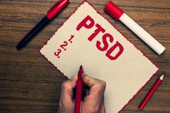 Handschriftstext Ptsd Markierungsstifte der Konzeptbedeutung Beitrags-traumatische Belastungssyndrom-Geisteskrankheits-Trauma-Fur Stockfoto