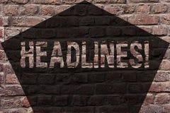 Handschriftstext Schlagzeilen Konzeptbedeutung Überschrift an der Spitze eines Artikels in der Zeitung Backsteinmauerkunst wie Gr lizenzfreie stockfotos