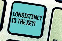 Handschriftstext-Schreiben Übereinstimmung ist der Schlüssel Konzept, das volle Widmung zu einer Aufgabe eine Gewohnheit bildet P stockbild