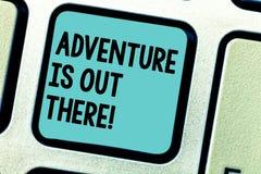 Handschriftstext-Schreiben Abenteuer ist dort draussen Das Konzept, das Explore bedeutet, entdecken, dass Reise neue interessante stockbild
