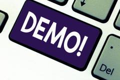 Handschriftstext-Schreiben Demo Konzeptbedeutung Demonstration von Produkten durch Softwareunternehmen sind angezeigte jährlich T stockfoto