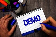 Handschriftstext-Schreiben Demo Konzeptbedeutung Probe-Beta Version Free Test Sample-Vorschau von etwas Prototyp-Manngriffholding lizenzfreie stockfotografie