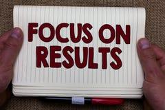 Handschriftstext-Schreiben Fokus auf Ergebnissen Die Konzeptbedeutung, die auf bestimmte Aktionsgewinne sich konzentrieren und di lizenzfreie stockfotos