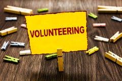 Handschriftstext-Schreiben Freiwillig erbieten Konzeptbedeutung erbringen Dienstleistungen für keinen finanziellen Gewinn verpfli stockbilder