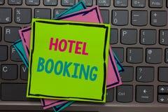 Handschriftstext-Schreiben Hotelbuchung Konzeptbedeutung on-line-Papieranzeige Reservierungs-Präsidentenreihe De Luxe Hospitality stockfotografie