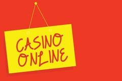 Handschriftstext-Schreiben Kasino online Konzeptbedeutung Computer-Pokerspiel-Glücksspiel-königliche Bet Lotto High Stakes Yellow lizenzfreie abbildung