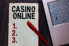 Handschriftstext-Schreiben Kasino online Rotes Papierbor Konzeptbedeutung Computer-Pokerspiel-Glücksspiel-königliches Bet Lotto H lizenzfreie stockfotografie