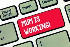 Handschriftstext-Schreiben Mama arbeitet Konzept, das Finanzermächtigung und weiterkommende Berufsmutter bedeutet stockbild