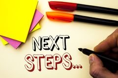 Handschriftstext-Schreiben nächste Schritte Konzeptbedeutung geben folgender Bewegungs-Strategie-Plan die Richtungs-Richtlinie, d Stockbilder