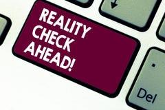 Handschriftstext-Schreiben Realitätsprüfung voran Konzeptbedeutung betrachten Tatsachen über Situationen realistische Perspektive stockfotografie
