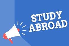 Handschriftstext-Schreiben Studie im Ausland Konzeptbedeutung, die pädagogische Gelegenheiten in einem Ausland Megaphon loudspeak stock abbildung