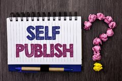 Handschriftstext Selbst veröffentlichen Konzeptbedeutung Veröffentlichung schreiben die Journalismus-Manuskript-Artikel-Tatsachen lizenzfreie stockfotografie