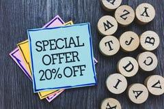 Handschriftstext Sonderangebot 20 weg Konzeptbedeutung Rabatt-Förderung Verkäufe verkaufen die hölzerne geschriebene Plattform de Lizenzfreie Stockfotos