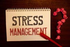 Handschriftstext Stressbewältigung Konzeptbedeutung Meditations-Therapie-Entspannungs-Bestimmtheits-Gesundheitswesenrötliches Pap lizenzfreies stockbild