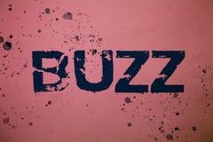 Handschriftstext Summen Konzeptbedeutung Summen-Rauschen-Brummen sprudeln rosa Hintergrund der Ring Sibilation Whir Alarm Beep-Gl Stockfotografie
