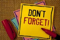Handschriftstext vergessen nicht Motivanruf Konzeptbedeutung erinnern sich, Anzeigen-Zeitplan zu beachten lizenzfreie stockfotografie
