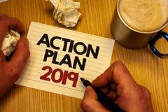 Handschriftstextschreiben Aktionsplan 2019 Konzeptbedeutung Herausforderungs-Ideen-Ziele, damit neues Jahr-Motivation Mannbehälte Lizenzfreie Stockfotografie