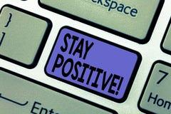 Handschriftstextschreiben Aufenthalts-Positiv Konzeptbedeutung ist optimistisch, dass motivierte gute Haltung hoffnungsvolle Tast lizenzfreie stockbilder