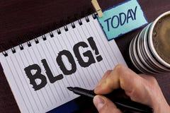Handschriftstextschreiben Blog-Motivanruf Konzept, das Preperation des attraktiven Inhalts für die blogging Website schriftlich b Stockfoto