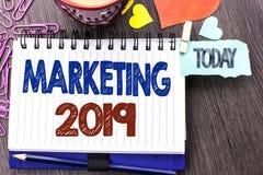 Handschriftstextschreiben, das 2019 vermarktet Konzept, welches die neues Jahr-Markt-Strategie-Neustart-Werbe-Ideen geschrieben a Lizenzfreies Stockbild