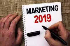 Handschriftstextschreiben, das 2019 vermarktet Konzept, welches die neues Jahr-Markt-Strategie-Neustart-Werbe-Ideen geschrieben d Lizenzfreie Stockfotografie